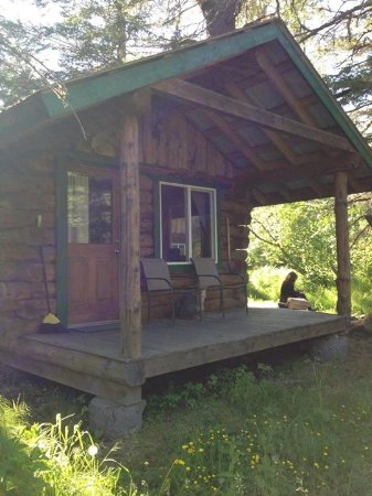 Alaska Creekside Cabins: The other side. You can kind of see the fire pit area