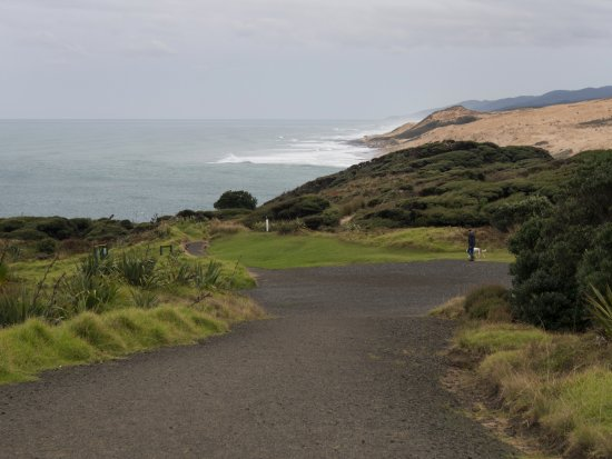 Omapere, New Zealand: Down the path toward the site of the historic signal station.