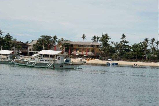 Kokay's Maldito Dive Resort: Вид на отель с моря