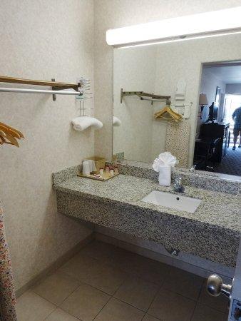 Sunburst Spa & Suites Motel: Vorraum Badezimmer