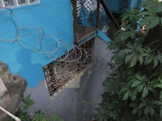 """Quinta Azul Boutique Pousada: """"Fenêtre"""" de la chambre vue de l'extérieur, joliment décorée de barbelés. Hôtel de charme ?"""