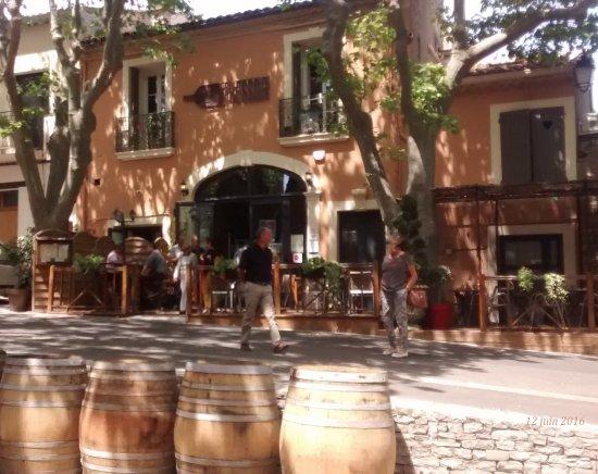 Saint-Saturnin-de-Lucian, France : la petite rue passante est calme paisible & agréable