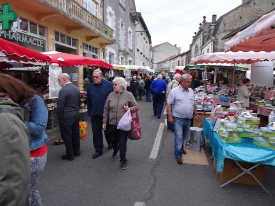 Piegut-Pluviers, Francia: De weekmarkt  op woensdagochtend in Piégut Pluviers