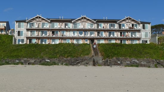 Pelican Shores Inn: Shot from the beach looking back at the hotel.