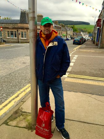 The Whisky Shop Dufftown: A happy shopper with his bag of scotch