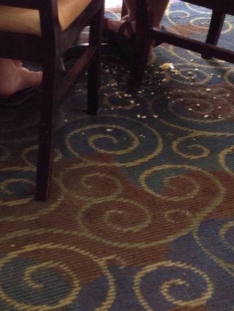 Quality Suites Lake Buena Vista: Carpetes do restaurante do hotel são nojentos