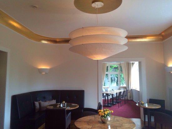 Villa Elben: Verschiedene Frühstücksräume, Frühstücksbuffet, Rezeption, Dachterrasse, alte Villa, Balkon, Bad