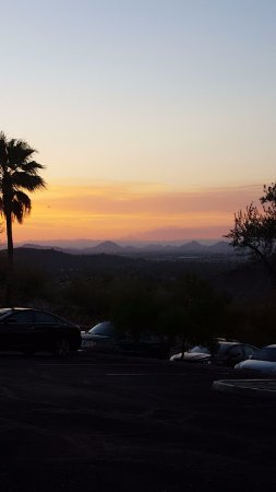 Different Pointe of View at Pointe Hilton Tapatio Cliffs Resort: Parking lot view