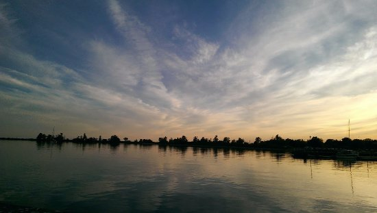 Cobourg, Canadá: Lake, sunset and the lake met