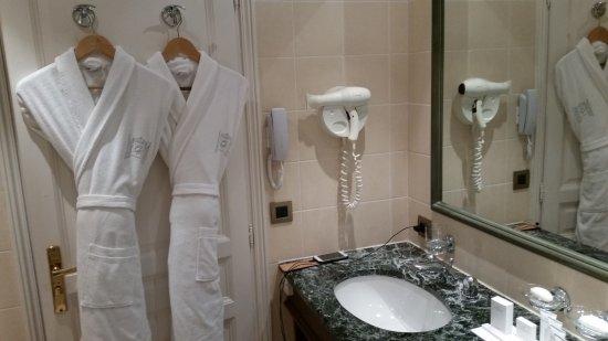 Une idée de l\'apprêtement de la salle de bain. Double ...