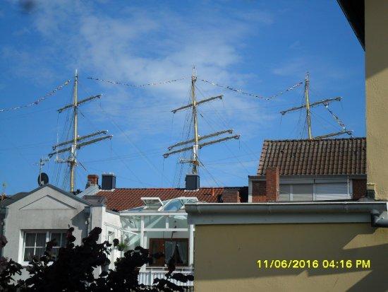 Lübeck-Travemünde, Deutschland: Blick von Terasse auf 4Mast Segler Krusenstern auf der Trave