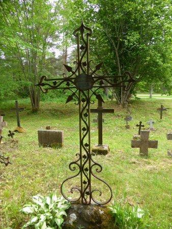 Kaina, เอสโตเนีย: Bijzonder ijzeren kruis op begraafplaats