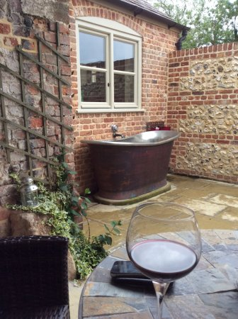 Tarrant Launceston, UK: Outdoor tub with plenty of candlelight and a wood burner....