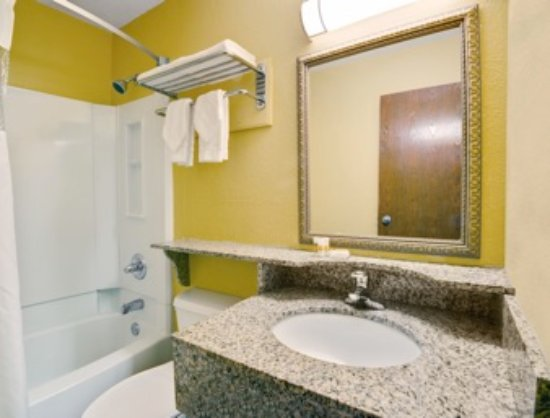 Days Inn Torrington: Guest Bathroom