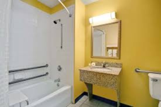 Days Inn Torrington: Bathroom
