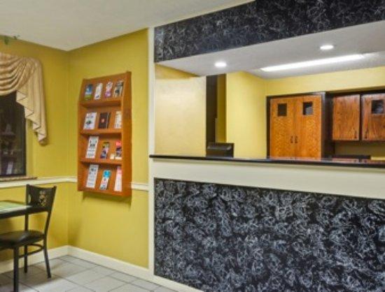 Days Inn by Wyndham Torrington: Hotel Lobby