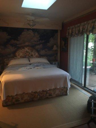 La Casita Del Sol: Bedroom and bathroom in the King suite