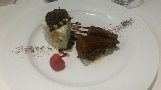 Poltu Quatu, Italia: E per finire, torta al cioccolato e Parfait al pistacchio!!!