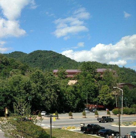 Holiday Inn Express Cherokee/Casino: Across the street from Harrah's