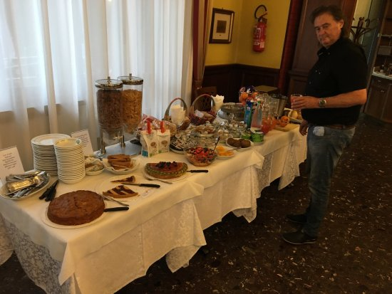 Carisio, Italien: Très grand choix pour le déjeuner.