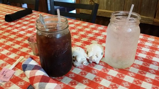 Cameron, TX: Drinks re served in huge mason jars :)