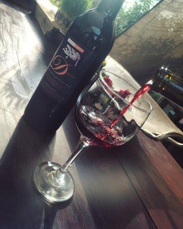 Ramona, Kalifornien: The start of a nice, long pour; Our super smooth five-varietal blend, Delphinus
