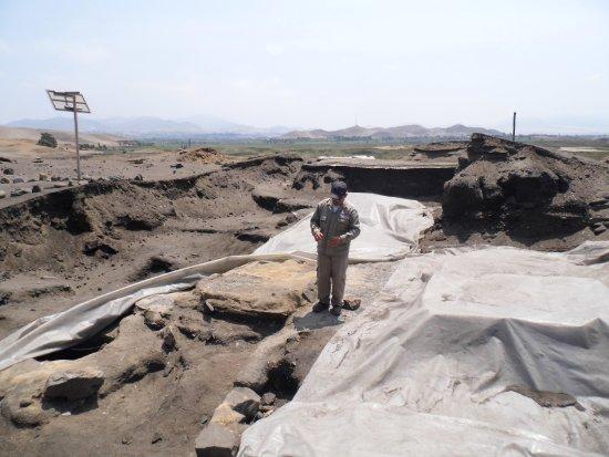 Barranca, Peru: El guía del complejo arqueológico explicando sobre el trabajo que realizan los arqueologos