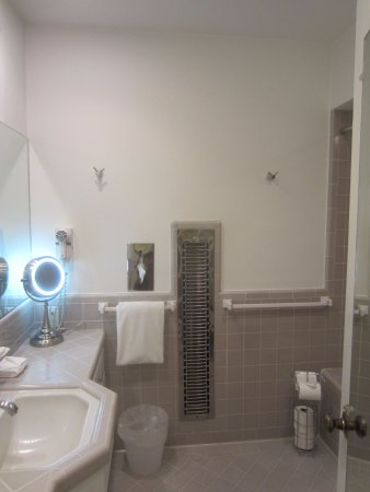 Desert Riviera Hotel: Spacious bathroom includes heater