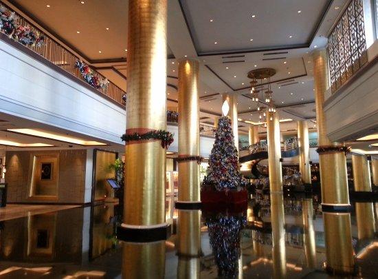 Dusit Thani Manila: Elegant lobby of Dusit Thani.