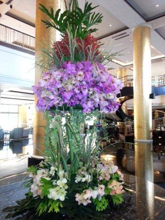Dusit Thani Manila: Gorgeous orchid arrangement on the lobby.