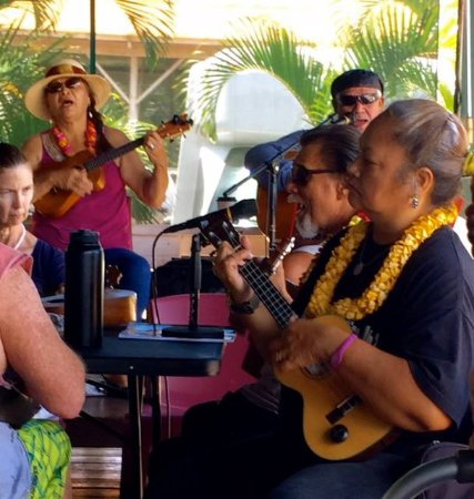 Hotel Molokai: Music in the evening.
