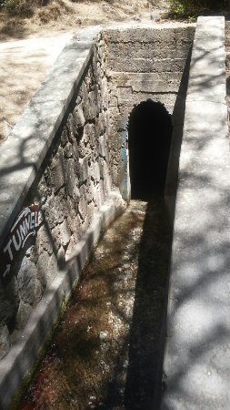 Tal der Sieben Quellen - Epta Piges: ένα μικρό τούνελ για περιπέτεια
