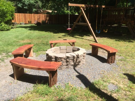 Forestville, Californië: the fire pit by the arcade where we roasted marshmallows