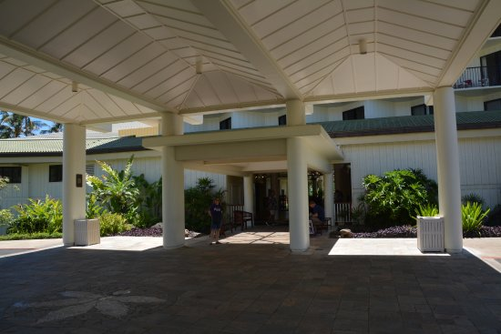 Kauai Beach Resort: Covered entry valet is nice where they measure rain by the foot, not inches.