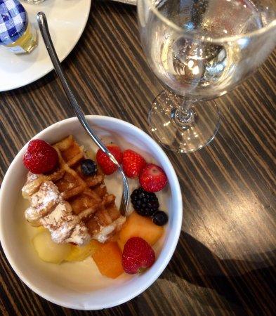 Hilton The Hague: Sonntagsfrühstück mit perfektem Service am Tisch