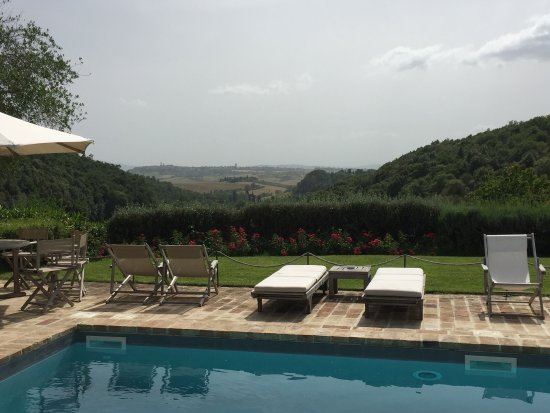 Tenuta Santo Pietro: Spectacular views of the valley and Pienza from the beautiful pool and grounds. Comfortable beds