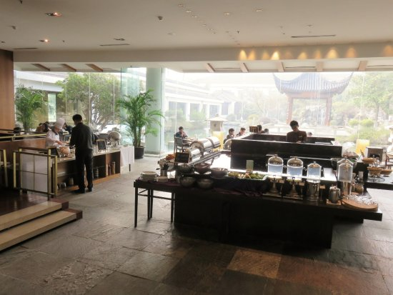 Jinling Resort Nanjing : Breakfast buffet served next to the lobby in the coffee shop