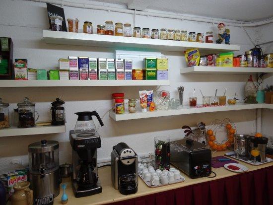 Baudricourt, Prancis: ontbijt ruimte met een gigantisch aanbod