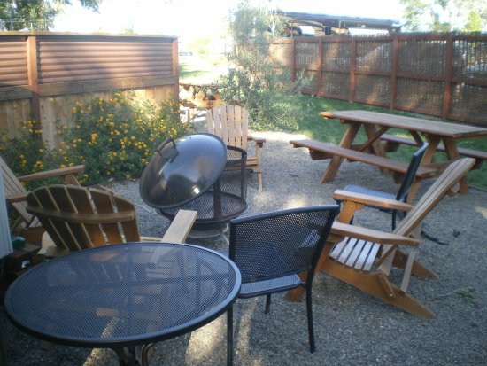 Flying Flags RV Resort & Campground: Le coin extérieur avec le feu, les fauteuils, la table de pic-nic