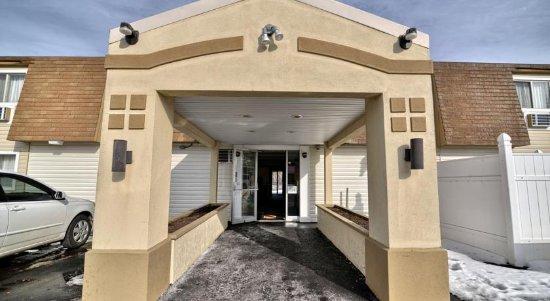Super 8 Bangor: Main Entrance