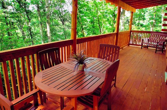 Lake Forest Luxury Log Cabins: Spacious Covered Decks in the Treetops!