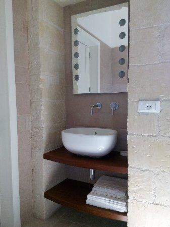 camera kalìmera  particolare lavabo design del bagno in camera, Disegni interni