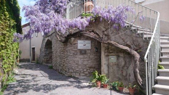 Vacquieres, فرنسا: Entrée par la Place de l'église - Château de Lascaux - Pic Saint Loup