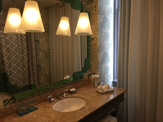 Hotel Monaco Portland - A Kimpton Hotel: Good sized bathroom