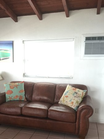 Sands of Islamorada Hotel: Great large windows, good a/c and comfortable sofa
