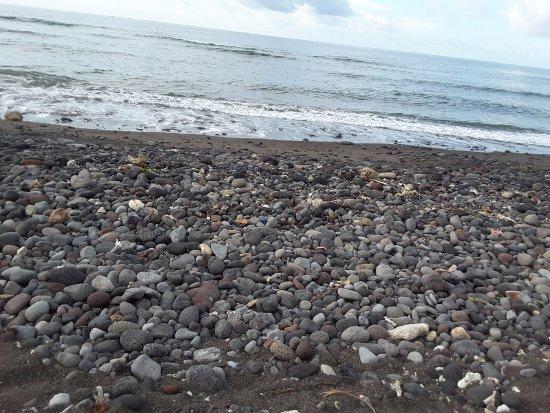 Villa Disana & Spa: Rocky beach (about 2m wide along the whole stretch)