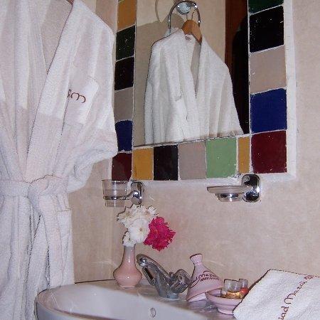 Riad Mazal : sale de bain chambre familiale