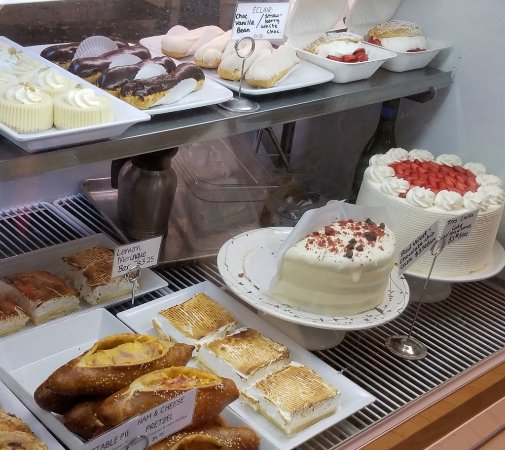 Creswell, OR: Crewswell Bakery desserts and meat pies