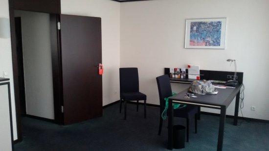 Schreibtisch im Wohnzimmer der Suite - Bild von Seminaris ...