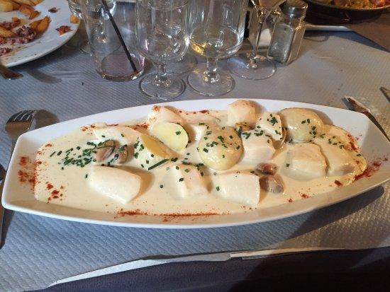 Thuir, Frankrike: Paella et Blanquette de sèche. Cadre et serveurs super sympa. Nous avons pu y déguster également